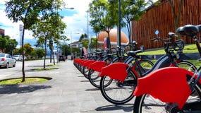 Fietsen op een huurpost van openbaar fietssysteem stock foto