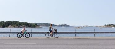 Fietsen op een westkust van Zweden Stock Afbeeldingen