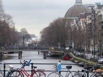 Fietsen op kanaalbrug, Amsterdam Stock Foto