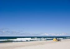 Fietsen op strand Royalty-vrije Stock Foto's