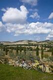 Fietsen op Toscaanse heuvels royalty-vrije stock afbeeldingen