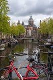Fietsen over de brug in het kanaal van Amsterdam stock fotografie