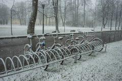 Fietsen regelmatig met verse sneeuw worden behandeld nadat het weer dat phenomen stock foto's
