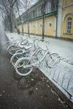 Fietsen regelmatig met verse sneeuw worden behandeld nadat het weer dat phenomen royalty-vrije stock foto's