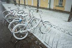 Fietsen regelmatig met verse sneeuw worden behandeld nadat het weer dat phenomen stock afbeeldingen