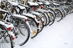 Fietsen in sneeuw Stock Afbeelding