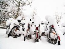 Fietsen in Sneeuw in Lund, Zweden 2 worden behandeld die royalty-vrije stock afbeeldingen