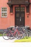 Fietsen voor de deur Stock Foto's