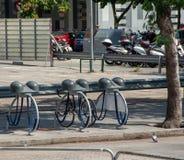 Fietsenrek met helmtribune in Barcelona stock foto