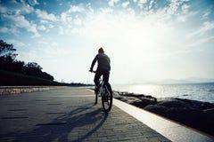 Fietser berijdende fiets Royalty-vrije Stock Foto's