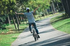 Fietser berijdende fiets op tropisch park Stock Foto's