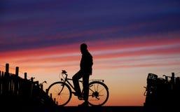 Fietser bij Zonsondergang Stock Afbeeldingen