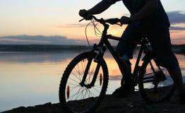 fietser bij zonsondergang Stock Foto
