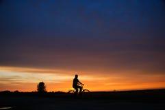 Fietser bij zonsondergang Royalty-vrije Stock Afbeeldingen