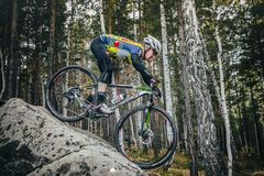 Fietser Biking onderaan een grote steen Royalty-vrije Stock Foto's