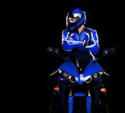 Fietser in blauw op zijn fiets Stock Afbeeldingen