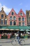 Fietser in Centrale Markt, Brugge Stock Afbeelding