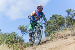 Fietser in de concurrentie van de bergfiets Stock Foto's