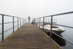 Fietser in de mist op de bank van meer Varese, Biandronno, Italië Royalty-vrije Stock Foto