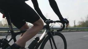 Fietser die een fiets berijden en toestellen veranderen Sluit opvolgen schot Fietser het pedaling op fiets in motie stock video