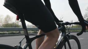 Fietser die een fiets berijden en toestellen veranderen Sluit opvolgen schot Fietser het pedaling op fiets in motie Langzame Moti stock videobeelden
