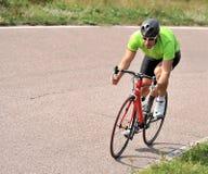 Fietser die een fiets berijdt Stock Afbeelding