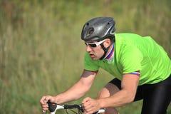 Fietser die een fiets berijdt Royalty-vrije Stock Foto