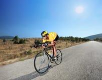 Fietser die een fiets berijdt op een open weg in Macedonië Stock Foto