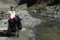 Fietser die een onderbreking op Weg Karakorum neemt royalty-vrije stock fotografie