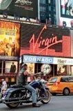 Fietser die Harley Davidson berijdt op Times Square Stock Foto's