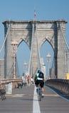 Fietser die hoewel Brooklyn brug berijdt Stock Foto's