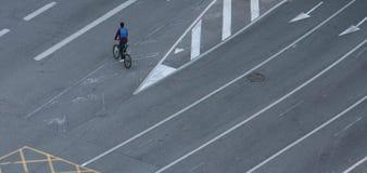 Fietser die lege stegen op een nr-auto'sdag kruisen in Barcelona stock afbeelding