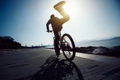 Fietser die op fiets krijgen Royalty-vrije Stock Afbeeldingen