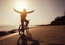 Fietser die op fiets krijgen Royalty-vrije Stock Afbeelding