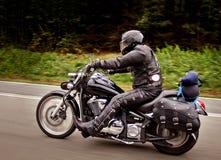 Fietser die snel op zijn motor berijden Het effect van het snelheidsonduidelijke beeld Royalty-vrije Stock Foto's