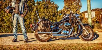 Fietser die zich door een klassieke motorfiets bevinden Royalty-vrije Stock Foto's