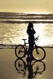 Fietser door het strand Royalty-vrije Stock Foto's