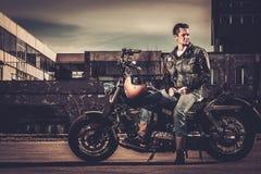 Fietser en zijn motorfiets van de bobberstijl Stock Foto