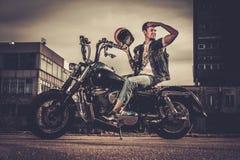 Fietser en zijn motorfiets van de bobberstijl royalty-vrije stock foto