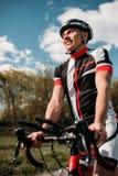 Fietser in helm en sportkleding op sportfiets royalty-vrije stock fotografie