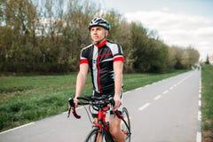 Fietser in helm en sportkleding op sportfiets royalty-vrije stock foto's