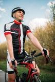 Fietser in helm en sportkleding op sportfiets stock foto