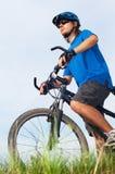 Fietser in helm whith fiets Stock Afbeeldingen