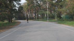 Fietser het snelle berijden in het park Het cirkelen opleiding Het cirkelen in het park Het cirkelen concept stock footage