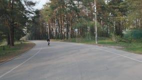 Fietser het snelle berijden in het park Het cirkelen opleiding Het cirkelen in het park Het cirkelen concept Langzame Motie stock videobeelden