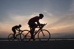 Fietser in maximuminspanning in een weg in openlucht bij zonsondergang royalty-vrije stock foto