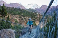 Fietser-meisje in de bergen van Himalayagebergte royalty-vrije stock fotografie