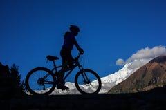 Fietser-meisje in de bergen van Himalayagebergte Stock Foto