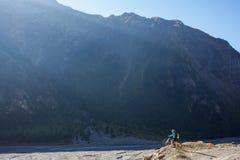 Fietser-meisje in de bergen van Himalayagebergte Stock Foto's