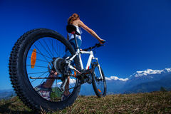 Fietser-meisje in de bergen van Himalayagebergte Stock Fotografie
